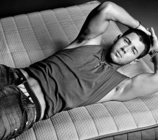 featured-nick-jonas-flaunt